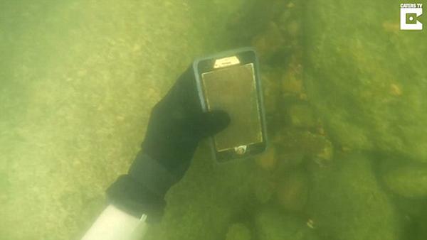 美一男子潜水河湖中寻宝 捡到100多部手机
