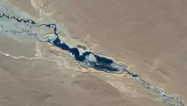 ▲沙漠上满是干涸的灰褐色泥浆。