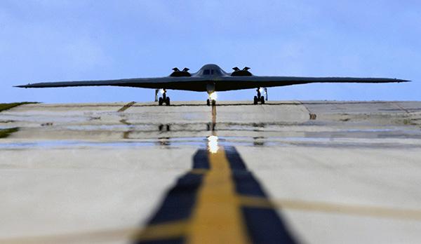 """观察丨B2轰炸机抵关岛和朝鲜士兵""""不敢脱鞋睡觉""""的背后"""