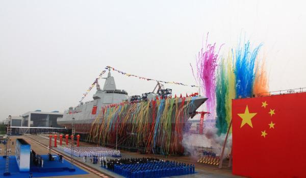 中国首艘055型驱逐舰下水仪式。 资料图