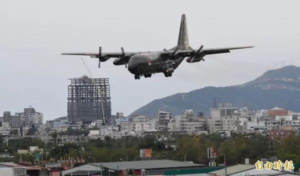 ▲新加坡空军C-130运输机,载送救援物资至空军花莲基地,降落时正好经过国盛六街大楼倾倒灾区。(台湾《自由时报》)