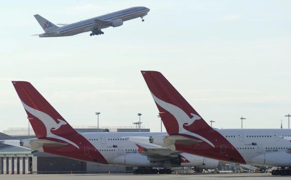 资料图片:澳洲航空公司的飞机停在停机坪上(2011年10月29日摄)。新华社/路透