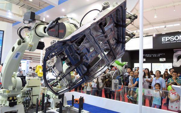资料图片:这是在北京举行的2017年世界机器人大会上展出的工业焊接机器人。新华社记者 李明放 摄