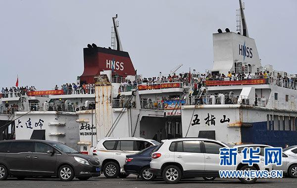 2月20日,过海车辆在海口秀英港上船过海前往广东徐闻。新华社记者 赵颖全 摄