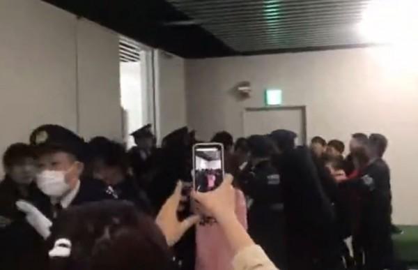 中国游客与日本警察发生冲突