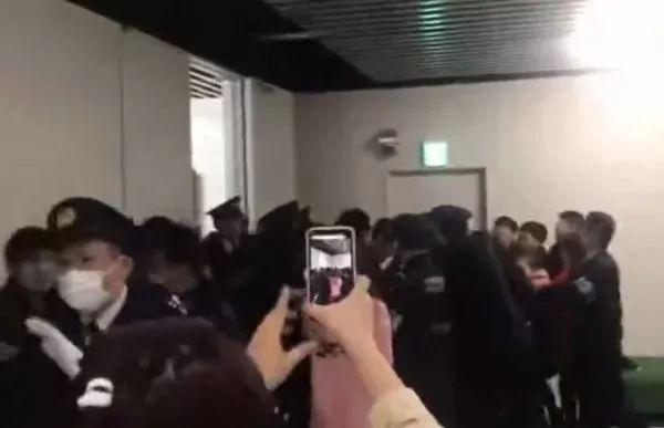 △东京成田机场,中国游客与日本警察发生冲突