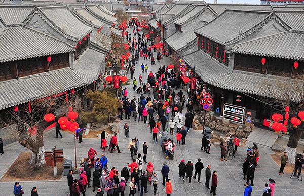 2018年2月18日,游客在山东省潍坊市青州古城景区游玩。 东方IC 图