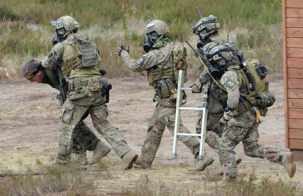 图为在波兰参加演习的美国特种部队