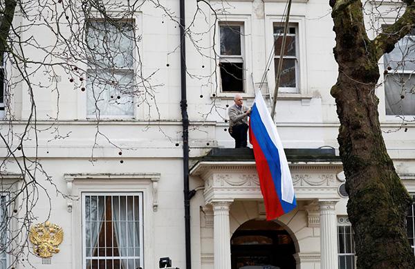 当地时间2018年3月14日,英国伦敦,俄罗斯驻英国大使馆门前的旗帜被取下。英国首相特蕾莎·梅14日宣布将驱逐23名俄罗斯外交官,要求其一周内离境。视觉中国 图