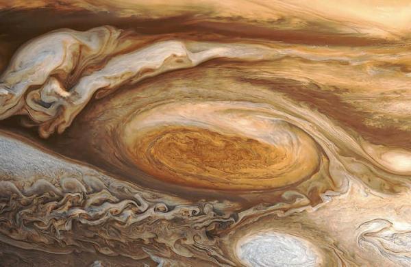 """""""朱诺号""""揭示:木星风暴漩涡""""大红斑""""比地球海洋深50倍"""