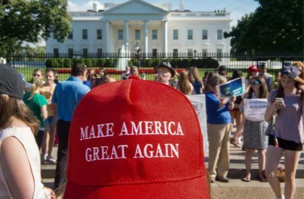 2017年6月1日,华盛顿民众在白宫外参加抗议活动。新华社/法新