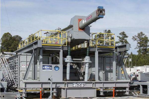 资料图片:美国海军测试BAE公司研发的电磁轨道炮。(图片来源于网络)