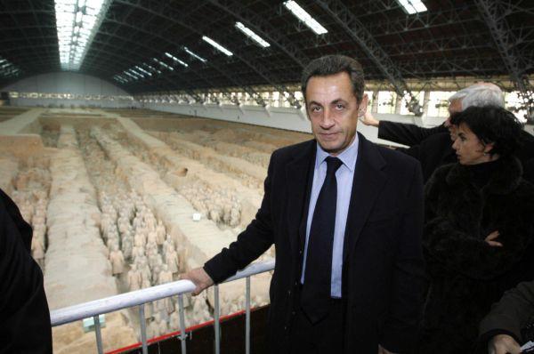 ▲材料图片:2007年11月,时任法国总统萨科齐观赏兵马俑。