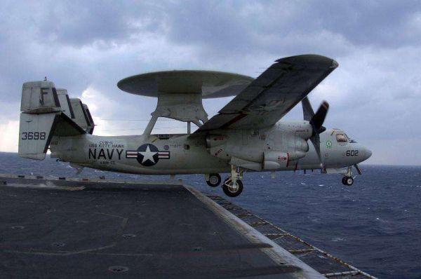 图为美国海军装备的E-2C舰载预警机