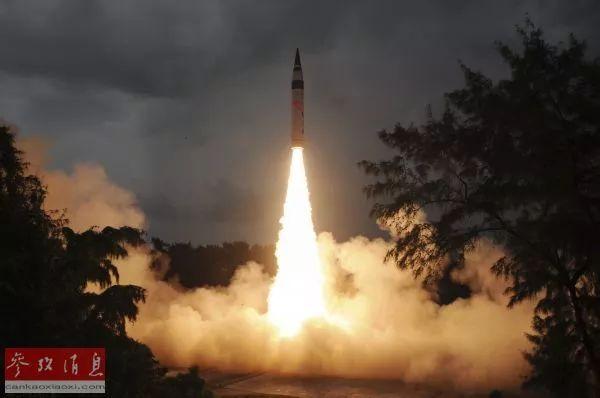 """▲资料图片:一枚""""烈火""""-5型导弹从印度奥迪沙邦惠勒岛的综合试验场发射升空。"""