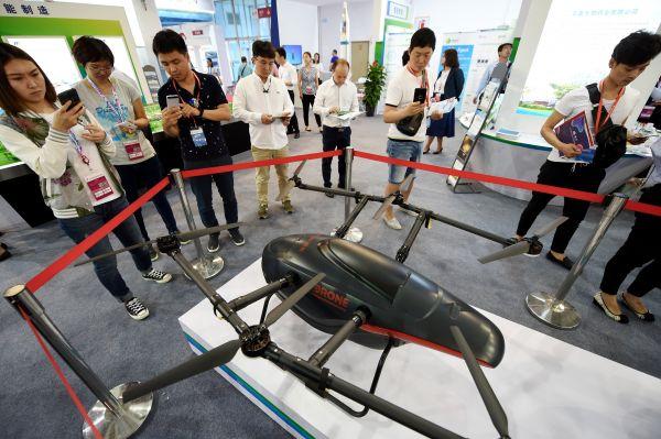 材料图片:6月8日,观赏者在科博会上观赏展出的京东送货无人机。新华社记者 鞠焕宗 摄