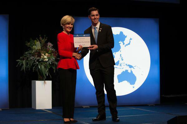11月27日,堪培拉国会大厦,澳大利亚外交部长朱莉<span class=