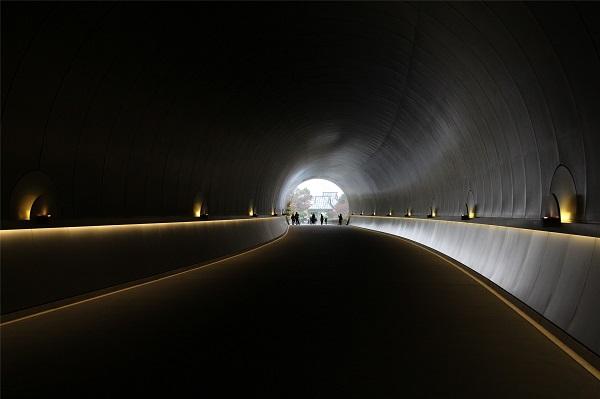 由贝聿铭设计的通往美术馆的隧道