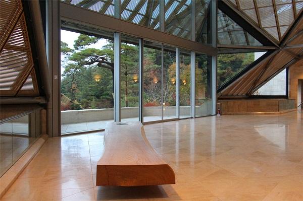 大厅中供游客休息的座椅