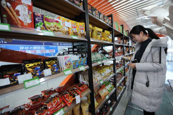 一名顾客在无人自助超市选购商品。新华社