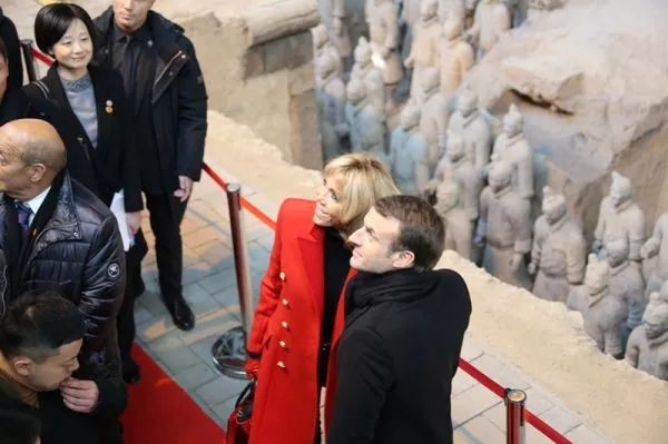 ▲1月8日,马克龙携夫人观赏秦始皇兵马俑博物馆。
