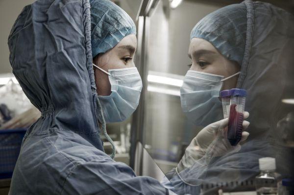 柯顿实验室的技术人员对癌症患者血液进行提取操作。(美国《华尔街日报》网站)