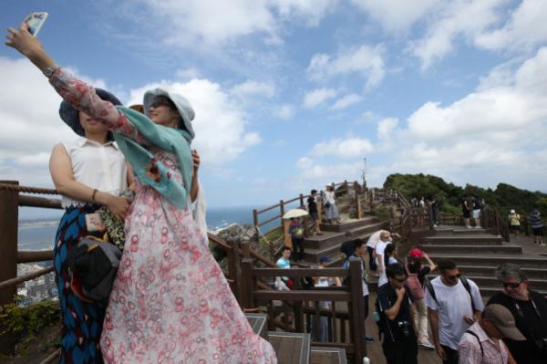 中国游客在韩国景点拍照。资料图