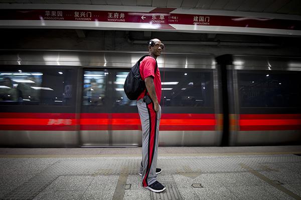 北京地铁里经常见到头戴耳机的马布里。