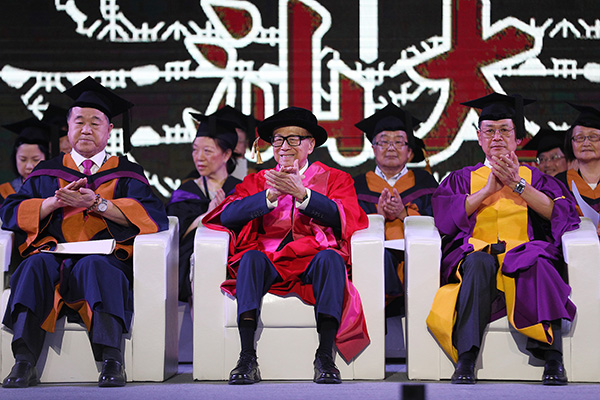 2017年6月27日,汕头,汕头年夜学结业仪式举办。李嘉诚跟莫言缺席。视觉中国 材料图