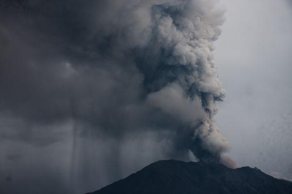 这是11月28日在印度尼西亚巴厘岛拍摄的喷发火山灰的阿贡火山。新华社发