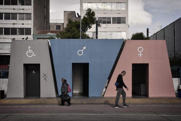 资料图片:人们经过公共厕所。新华社/法新
