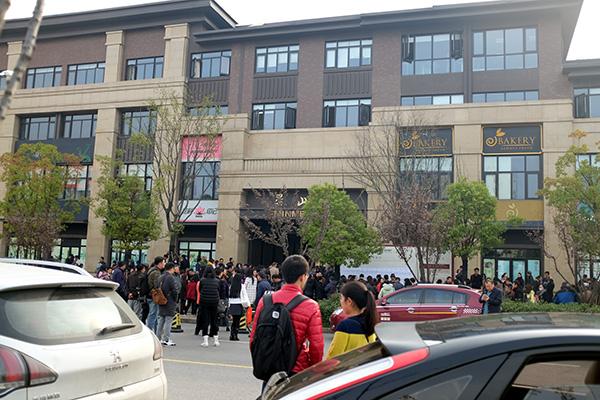 南京5天卖3千套房:老人被搀扶着来买房 挑最大房型买