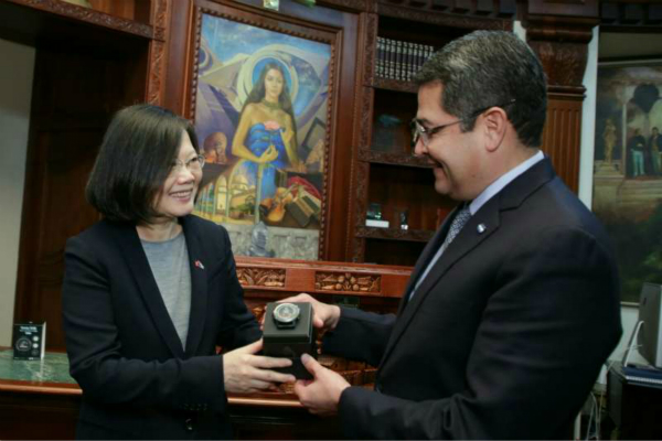 图为蔡英文与洪都拉斯总统埃尔南德斯。(图片来源:台媒资料图)