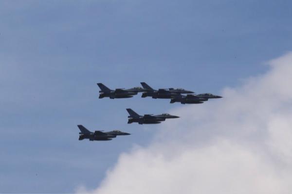 """台空军F16战机7日上午升空拦截解放军军机,遭点名""""立即离开,后果自负""""。(图片来源:台媒资料图)"""