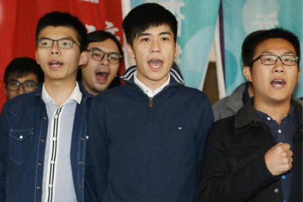 黄之锋(左)、岑敖晖(中)及黄浩铭(右)等人被控刑事藐视法庭罪。(图片来源:香港东网)