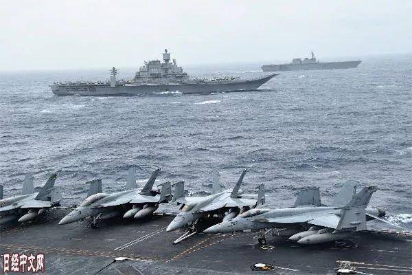▲资料图片:2017年7月,日美印三国在印度洋上举行联合军演。(《日本经济新闻》网站)