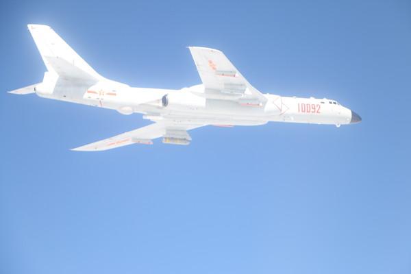 台湾防务部门发布的解放军军机轰-6照片。(图片来源:台湾《东森新闻云》)