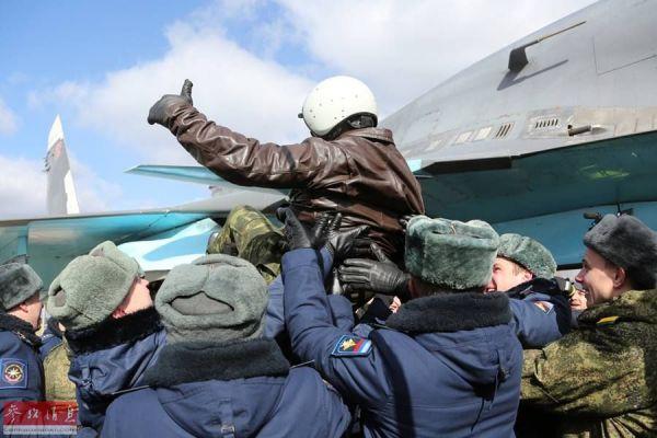 资料图片:驻叙俄军苏-34战斗轰炸机飞行员归国受到热情欢迎。