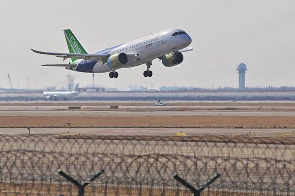 12月17日,第二架C919大型客机在上海浦东国际机场完成首次飞行。澎湃新闻记者 赖鑫琳 图