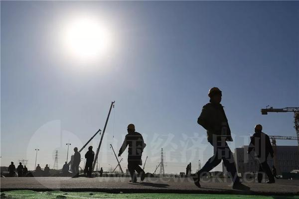 12月20日中午,行政办公区工地上工人往来如梭。
