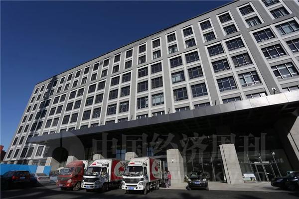 12月20日,记者在C2工程大楼门口看到有搬家公司的车辆停泊。