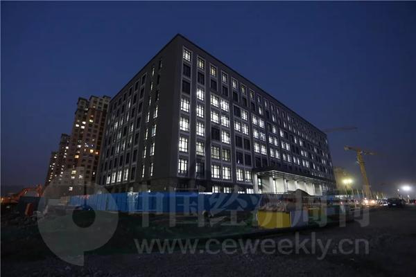 12月19日晚间,代号为C2工程的大楼灯火通明。据大楼工作人员称,北京城市副中心行政办公区工程建设办公室开始入驻该大楼的4层及5层。