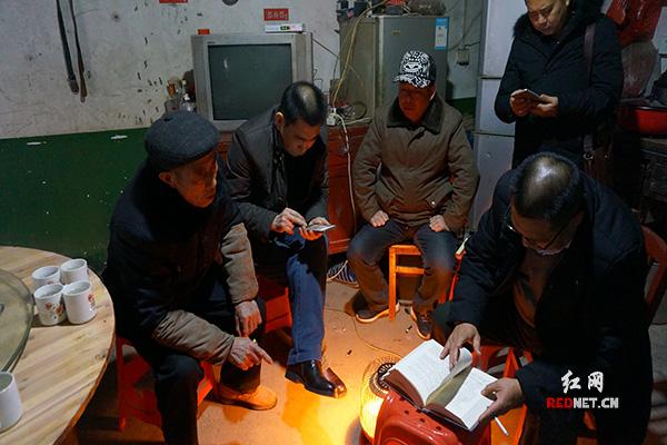湖南省刘氏联谊会一行人在排头乡黄荆坪村刘本超家询问族谱情况。