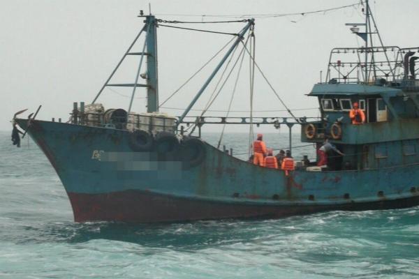 """台""""海巡队""""登船带走9名大陆渔民。(图片来源:台湾《联合报》)"""