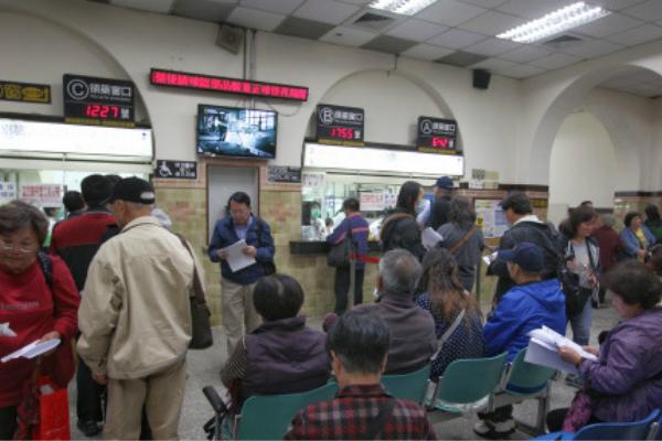 台湾入冬后首波寒流来袭,流感疫情持续升温。(图片来源:台媒)