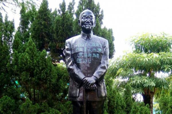 """蒋介石铜像遭涂鸦,胸前遭涂写:""""我杀了人。""""(图片来源:台媒)"""
