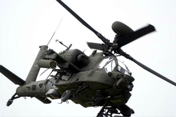 """一位美军阿帕奇直升机飞行官称,台湾地区导弹密集,""""比阿富汗更可怕"""",此言引发台媒自嗨:""""解放军攻台可要付出不小代价。""""图为阿帕奇AH-64E直升机资料图。(图片来源:台媒资料图)"""