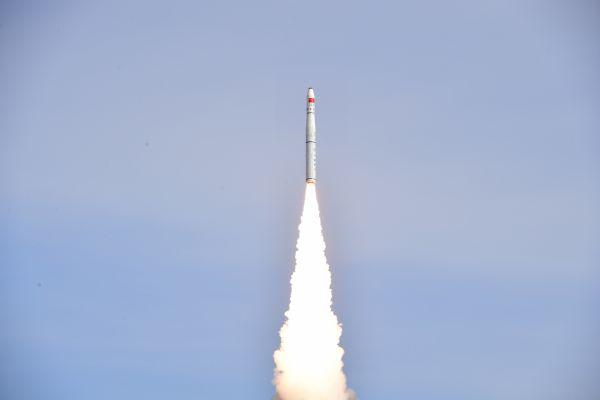 2018年1月19日12时12分,中国在酒泉卫星发射中心用长征十一号运载火箭成功将吉林一号视频07、08星发射升空,卫星进入预定轨道,发射任务获得圆满成功。新华社发