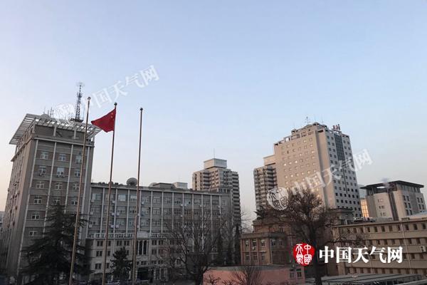 今晨,北京天气晴朗,风力有所加大。