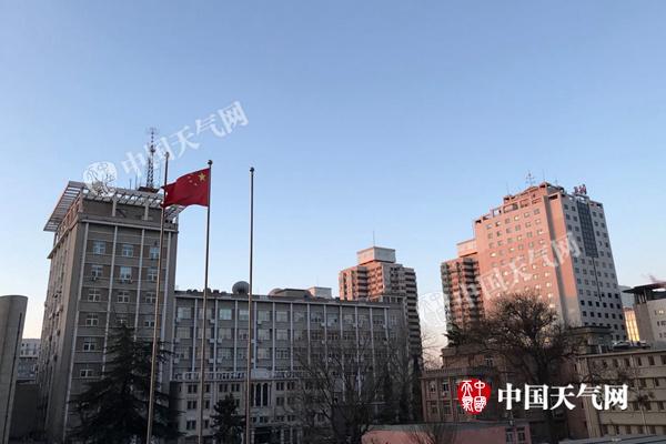 今晨,北京天气晴冷,风力大。